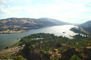 Washington till vänster (norr) och Oregon till höger (söder) om Columbiafloden.