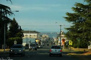 Port Angeles. Kullarna ovanför taket till vänster tillhör Kanada.