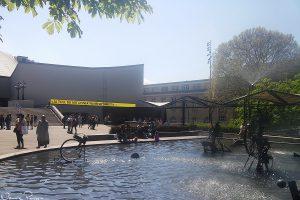 Teatern och dammen med roliga, rörliga skulpturer av Jaques Tinguely.