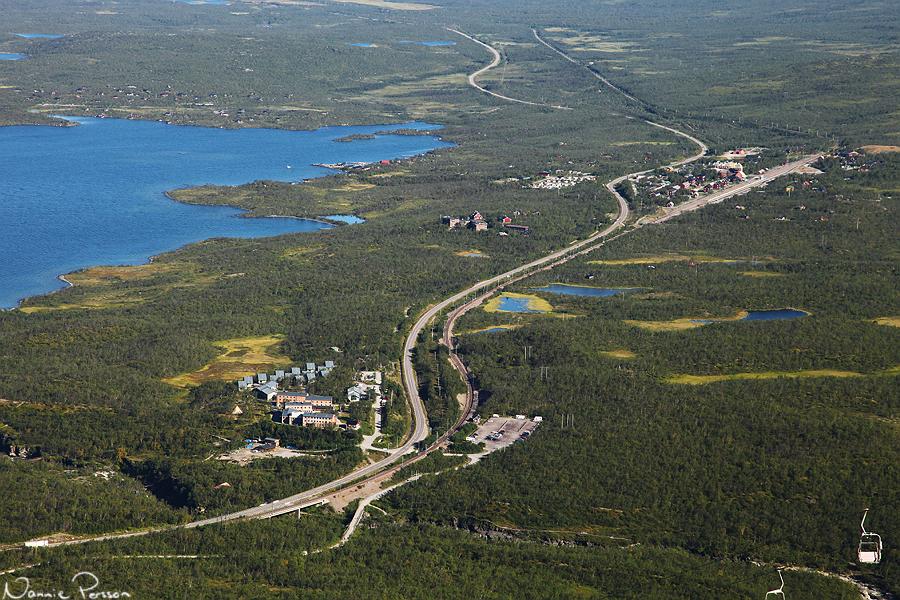 Turiststationen närmast, forskningsstationen i mitten, och byn, tågstationen och vandrarhemmet längst bort.