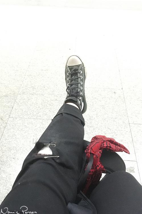 Väntar på tåget med skadat knä i Wien.
