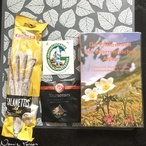 Mina souvenirer: salamisticks, ett klistermärke från Großglockner Hochalpenstraße, te av alpörter och en flora.