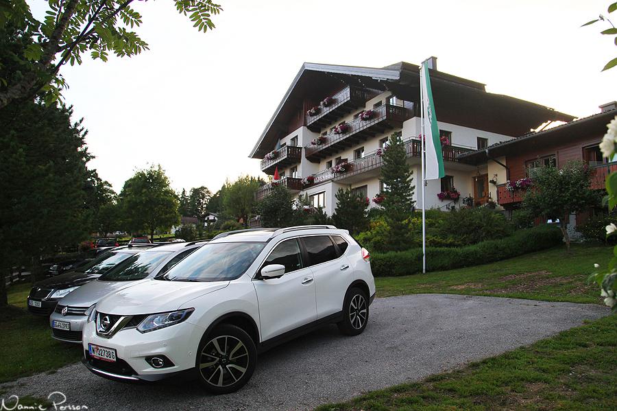Bilen parkerad framför Pensionat Alpenhof i Ramsau, där vi sov de två kommande nätterna.